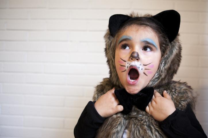 猫の仮装の子供