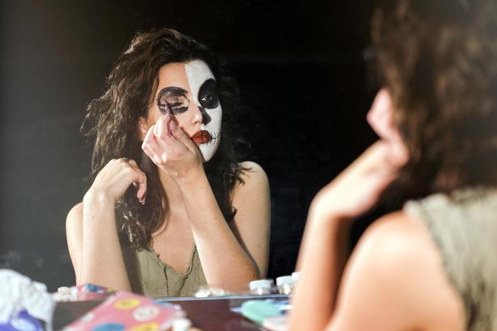 ハロウィンのメイクをする女性